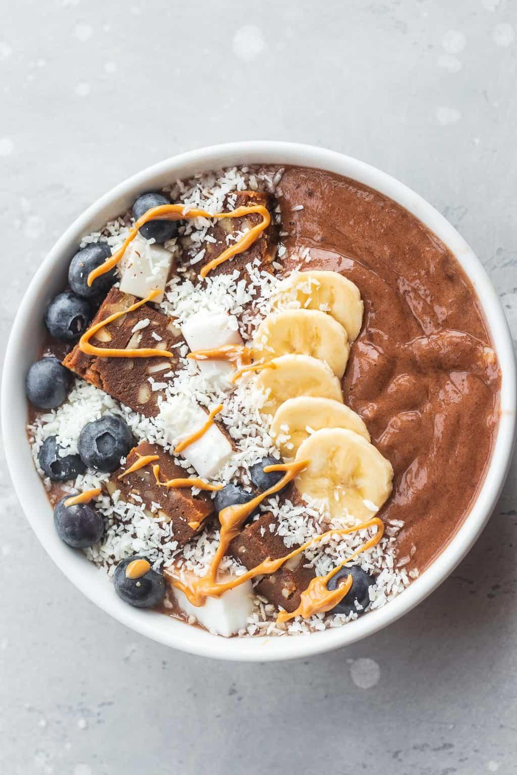 Smoothie bowl with vegan fudge