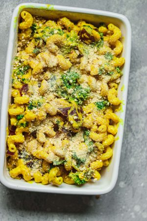 Vegan mac and cheese with breadcrumbs