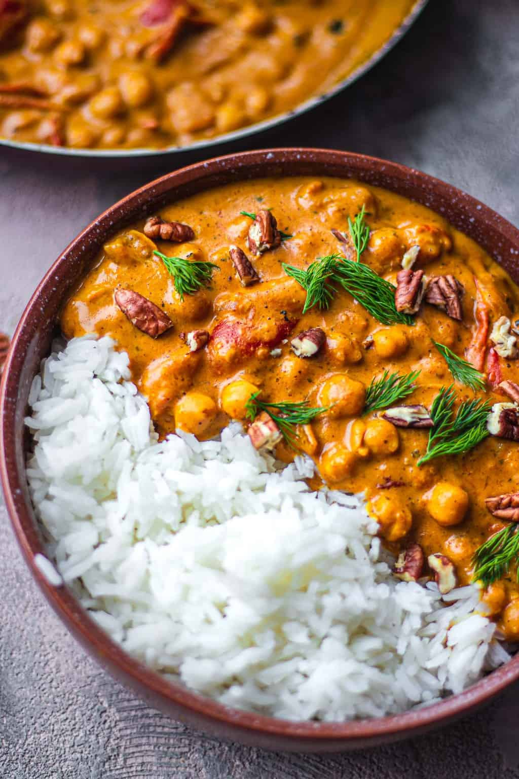 Bowl with vegan chickpeas in a curry sauce and rice