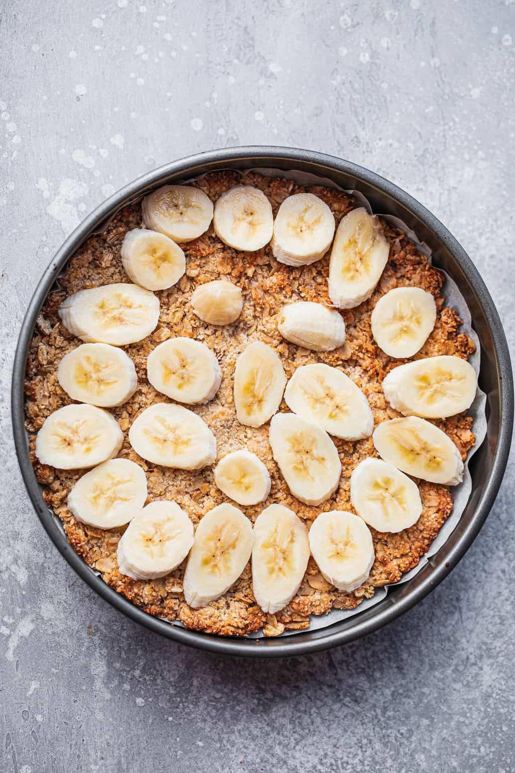 Vegan pie crust lined with bananas
