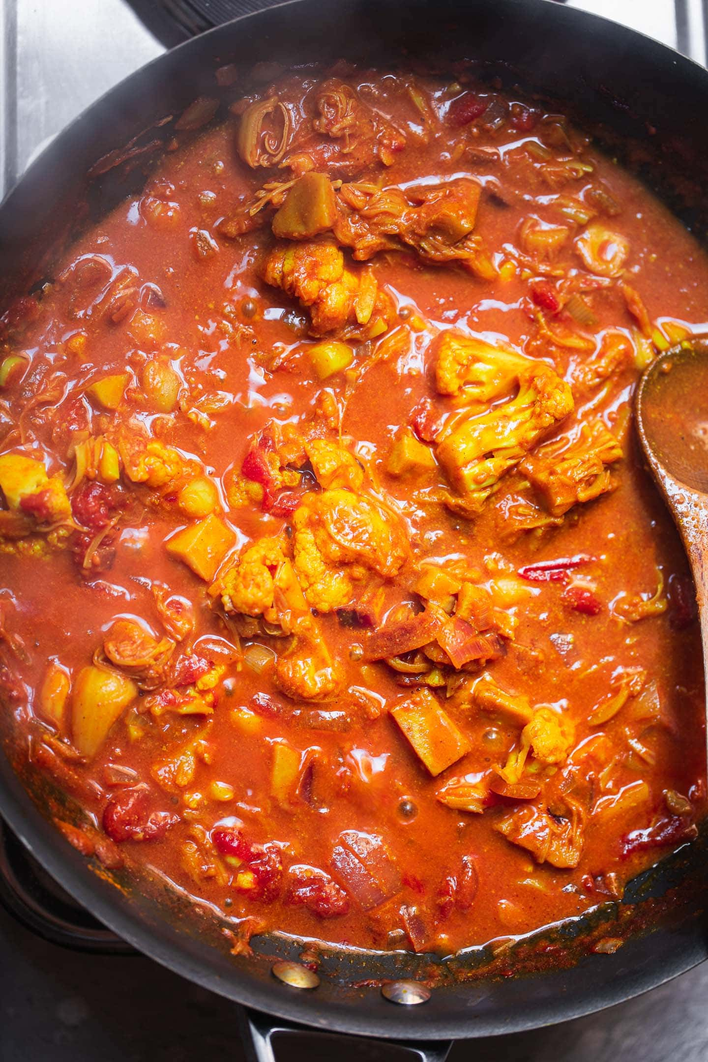 Curry with jackfruit and cauliflower in a large pan