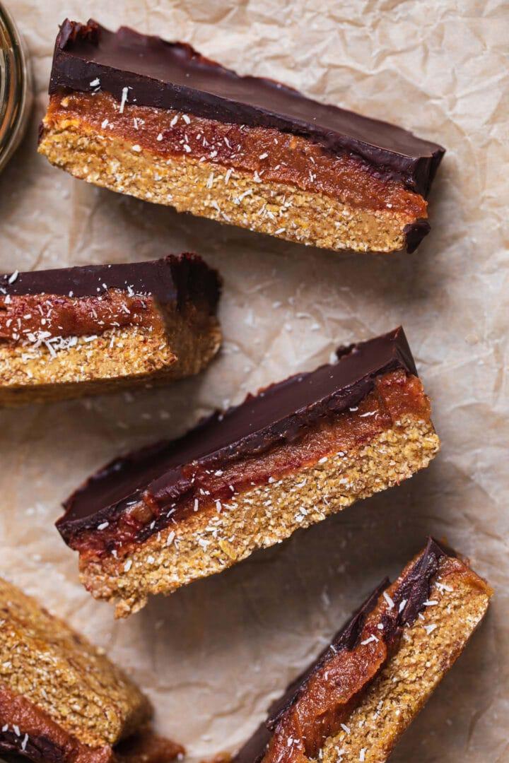 Vegan no-bake snacks with three layers