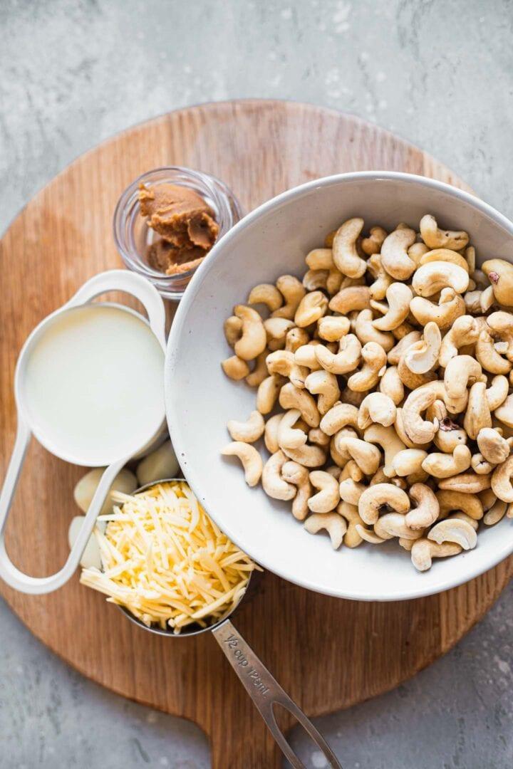 Ingredients for a garlic cashew dip