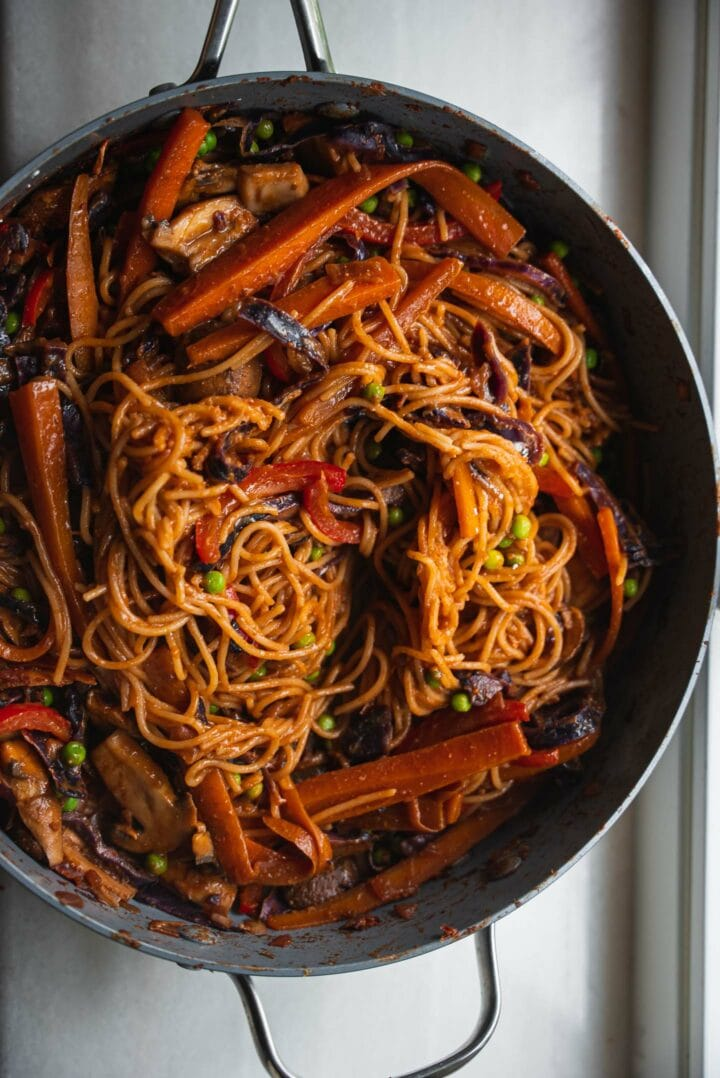 Frying pan with spaghetti and vegetables