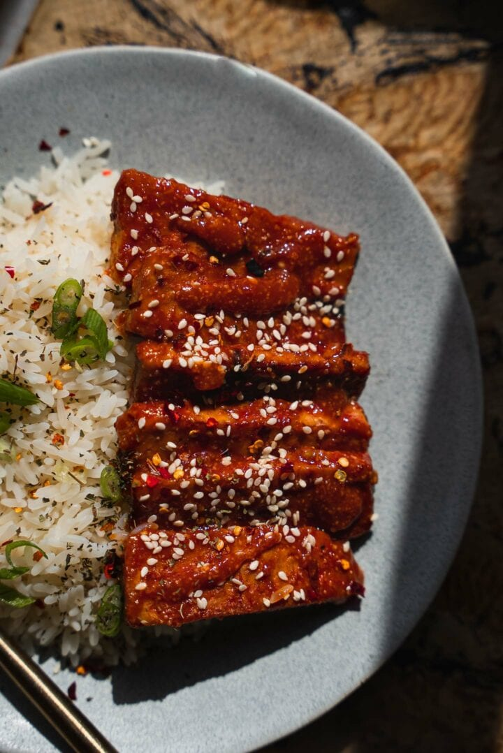 Tempeh with sesame seeds and rice